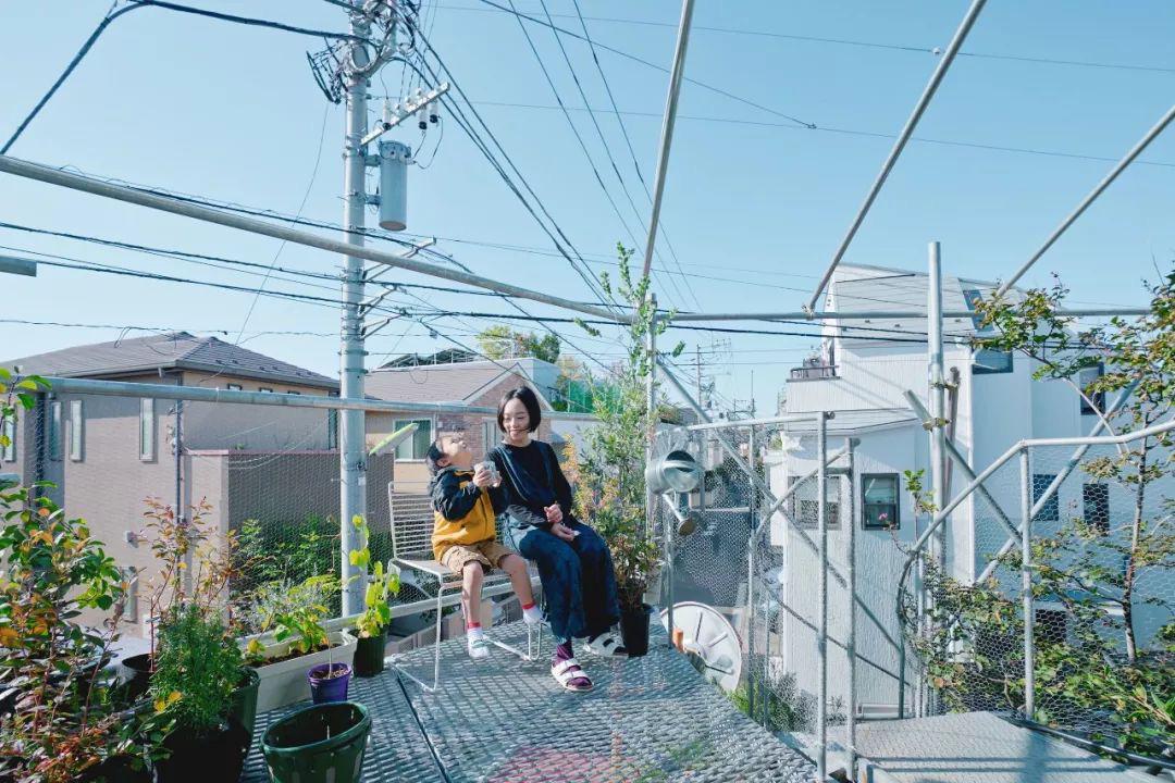 Mua mảnh đất ở khu nhà giàu, gia đình ba thế hệ thiết kế ngôi nhà đặc biệt chỉ toàn ánh sáng và cây xanh ở Nhật Bản - Ảnh 21.