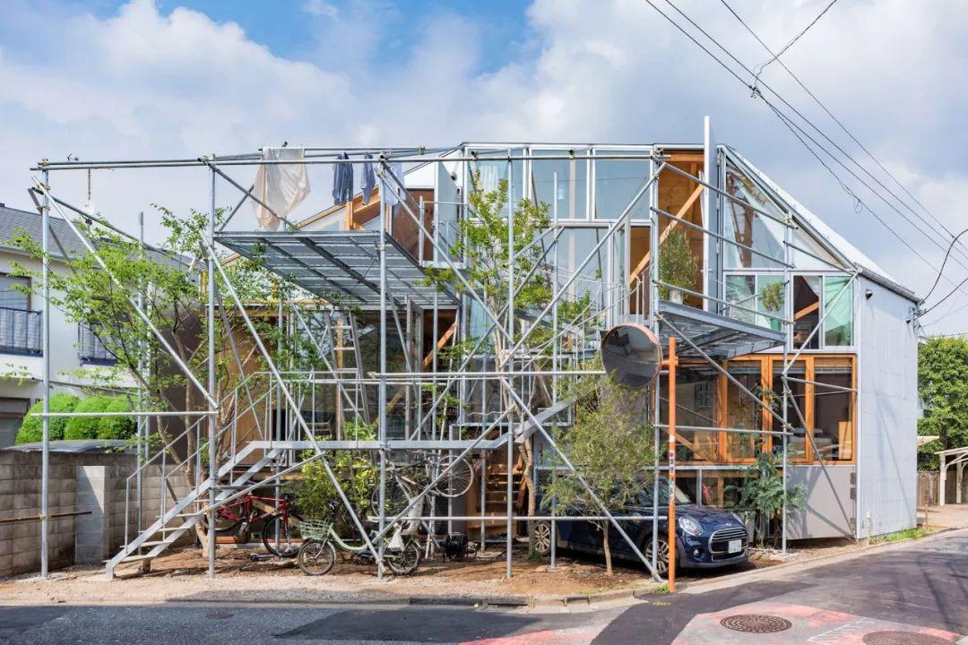 Mua mảnh đất ở khu nhà giàu, gia đình ba thế hệ thiết kế ngôi nhà đặc biệt chỉ toàn ánh sáng và cây xanh ở Nhật Bản - Ảnh 4.