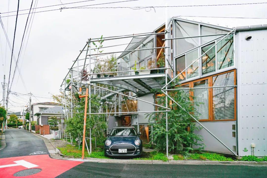 Mua mảnh đất ở khu nhà giàu, gia đình ba thế hệ thiết kế ngôi nhà đặc biệt chỉ toàn ánh sáng và cây xanh ở Nhật Bản - Ảnh 1.