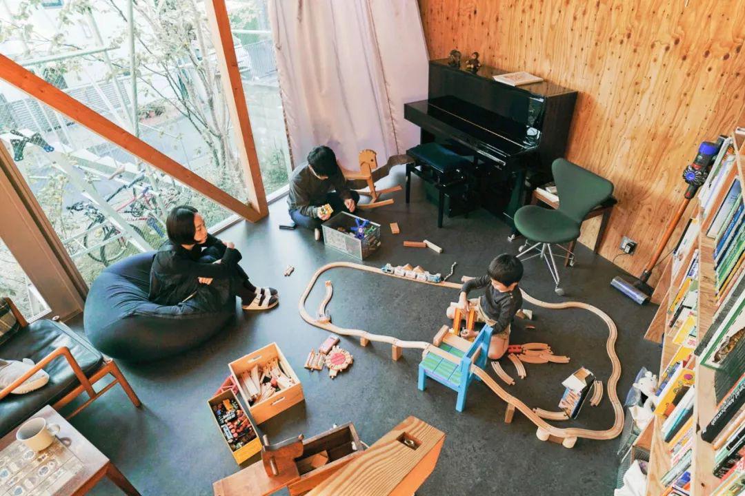 Mua mảnh đất ở khu nhà giàu, gia đình ba thế hệ thiết kế ngôi nhà đặc biệt chỉ toàn ánh sáng và cây xanh ở Nhật Bản - Ảnh 17.