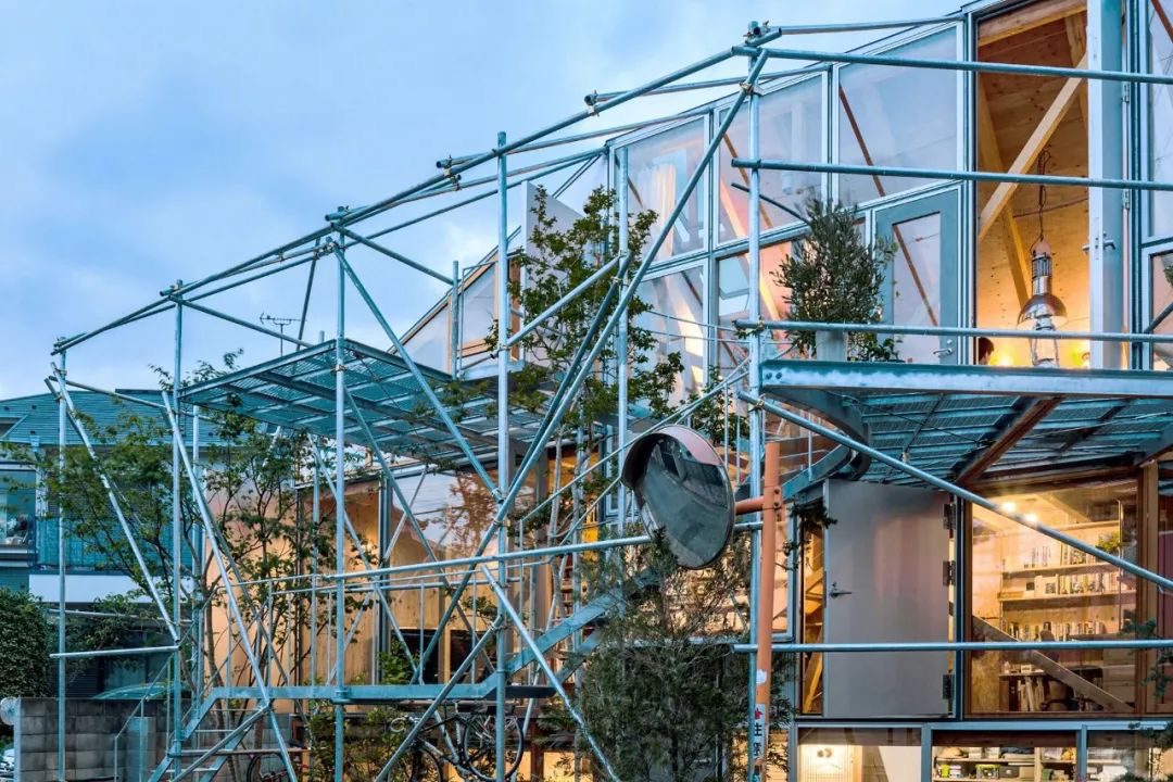 Mua mảnh đất ở khu nhà giàu, gia đình ba thế hệ thiết kế ngôi nhà đặc biệt chỉ toàn ánh sáng và cây xanh ở Nhật Bản - Ảnh 10.
