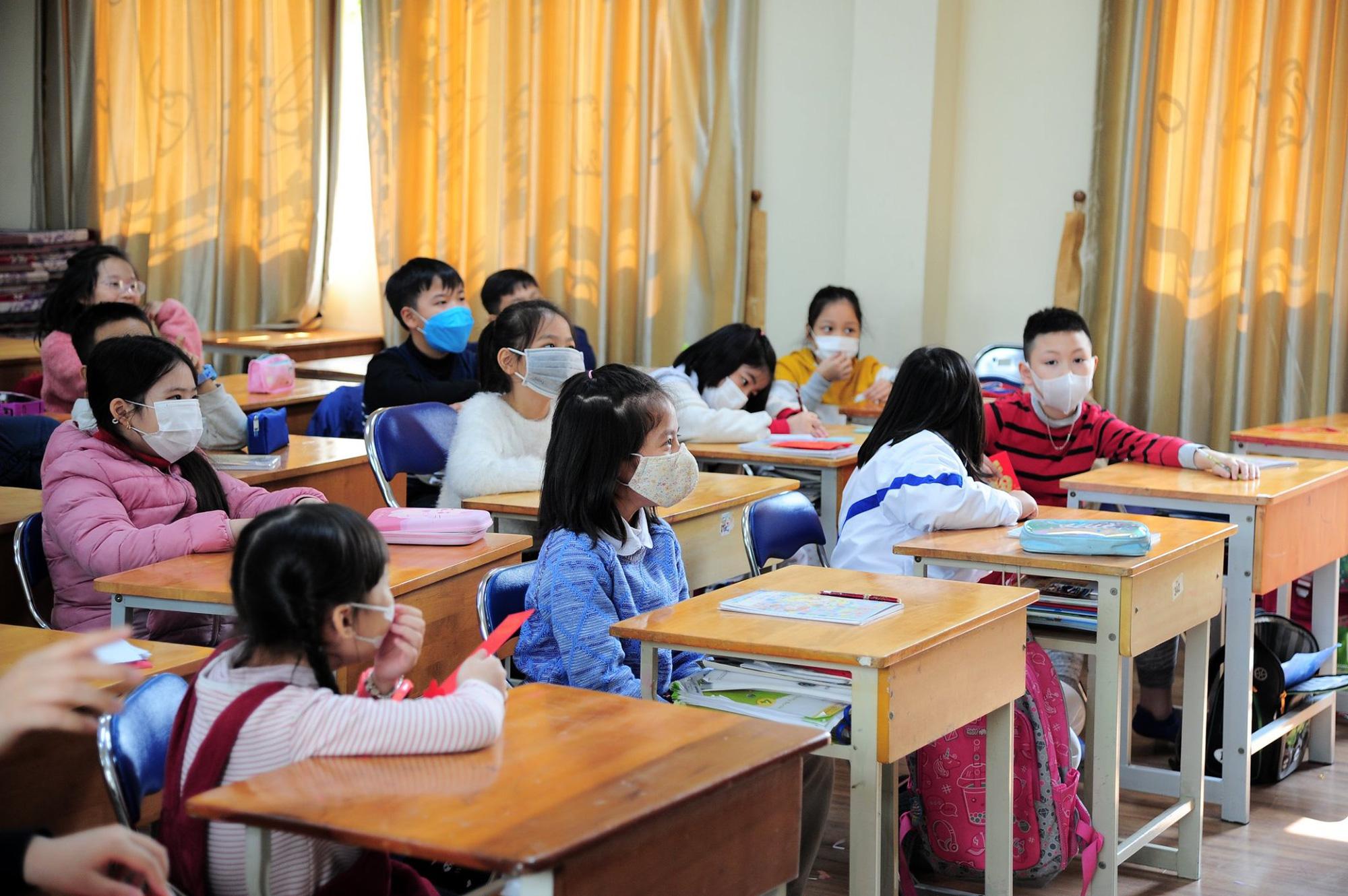 Trước thông tin phát hiện thêm trường hợp nhiễm virus Corona, một trường học ở Hà Nội yêu cầu 100% học sinh đeo khẩu trang đến lớp - Ảnh 2.