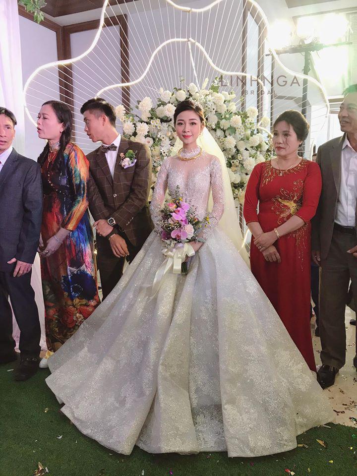 Cô dâu Nhật Linh gặp sự cố với váy cưới 600 triệu, chú rể Văn Đức và người thân phải cật lực giúp  - Ảnh 1.