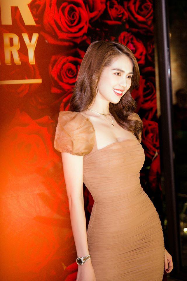 """Đụng váy cùng Ngọc Trinh, Linh Chi mất điểm với kiểu tóc như """"xuyên không"""" từ 10 năm trước - Ảnh 4."""