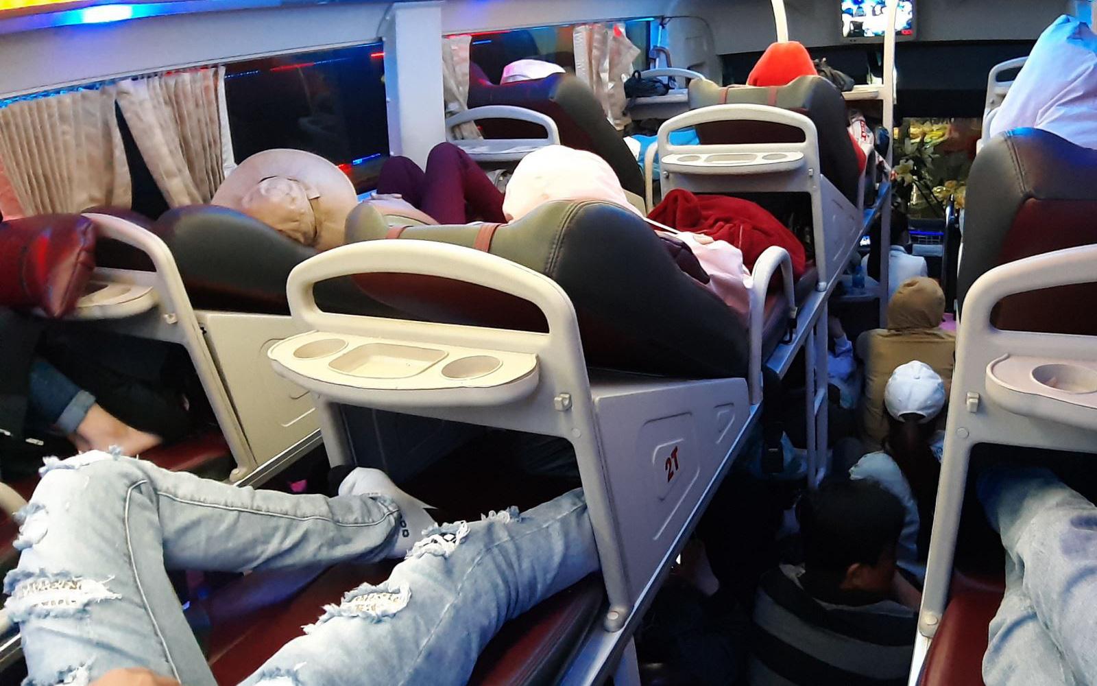 Giữa đại dịch corona, người Việt đang di chuyển bằng taxi, xe bus hay grab cần làm gì để không nhiễm dịch bệnh?