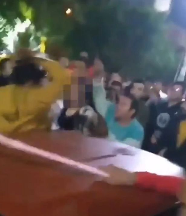 Phẫn nộ với hình ảnh đám đông toàn đàn ông tấn công tình dục một người phụ nữ mặc váy ngắn bất chấp tiếng la hét cầu cứu của cô - Ảnh 2.