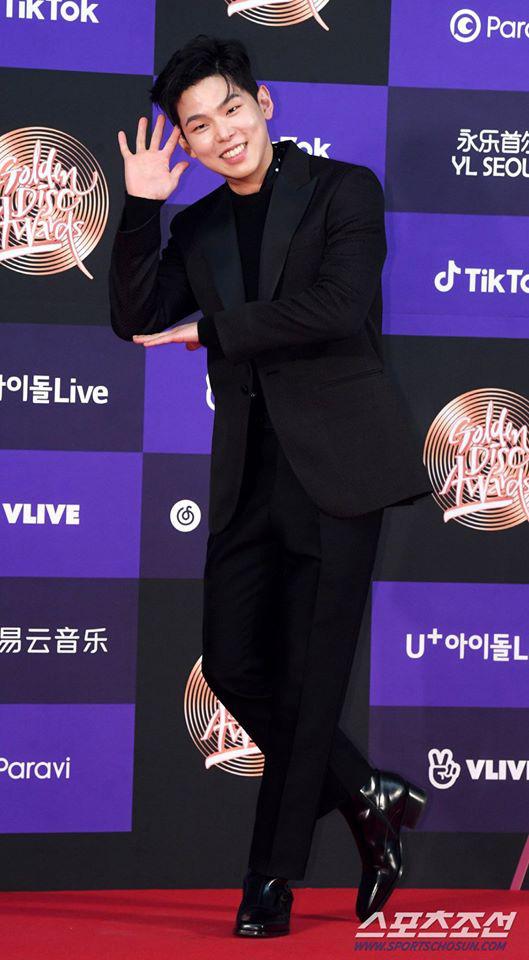 Thảm đỏ Golden Disc Awards lần thứ 34: Momo (TWICE) xuất hiện xinh đẹp và rạng rỡ sau khi công khai hẹn hò đàn anh Heechul (Super Junior) - Ảnh 8.
