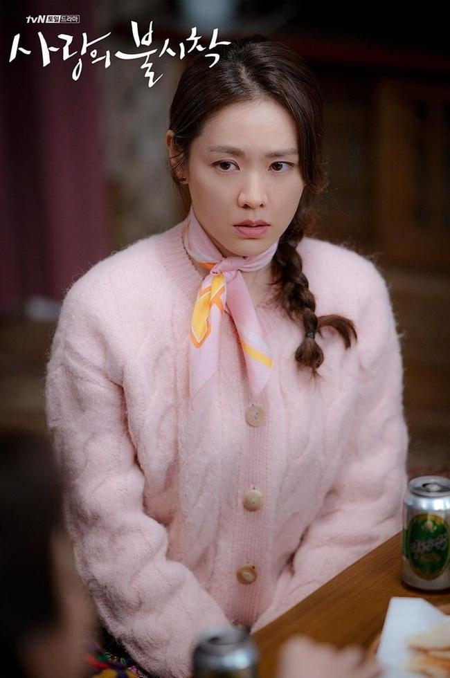 """Chị đẹp Son Ye Jin U40 vẫn trẻ như gái 18 nhờ những kiểu tóc siêu nữ tính trong """"Hạ cánh nơi anh"""" - Ảnh 11."""