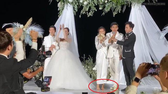 Chắc chưa có kinh nghiệm dự đám cưới ngoài bờ biển, Phượng Chanel diện đồ trắng sương sương mà đi đôi cao gót này thì lún hết cả chân rồi - Ảnh 6.