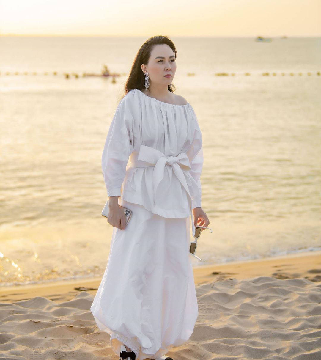Chắc chưa có kinh nghiệm dự đám cưới ngoài bờ biển, Phượng Chanel diện đồ trắng sương sương mà đi đôi cao gót này thì lún hết cả chân rồi - Ảnh 2.