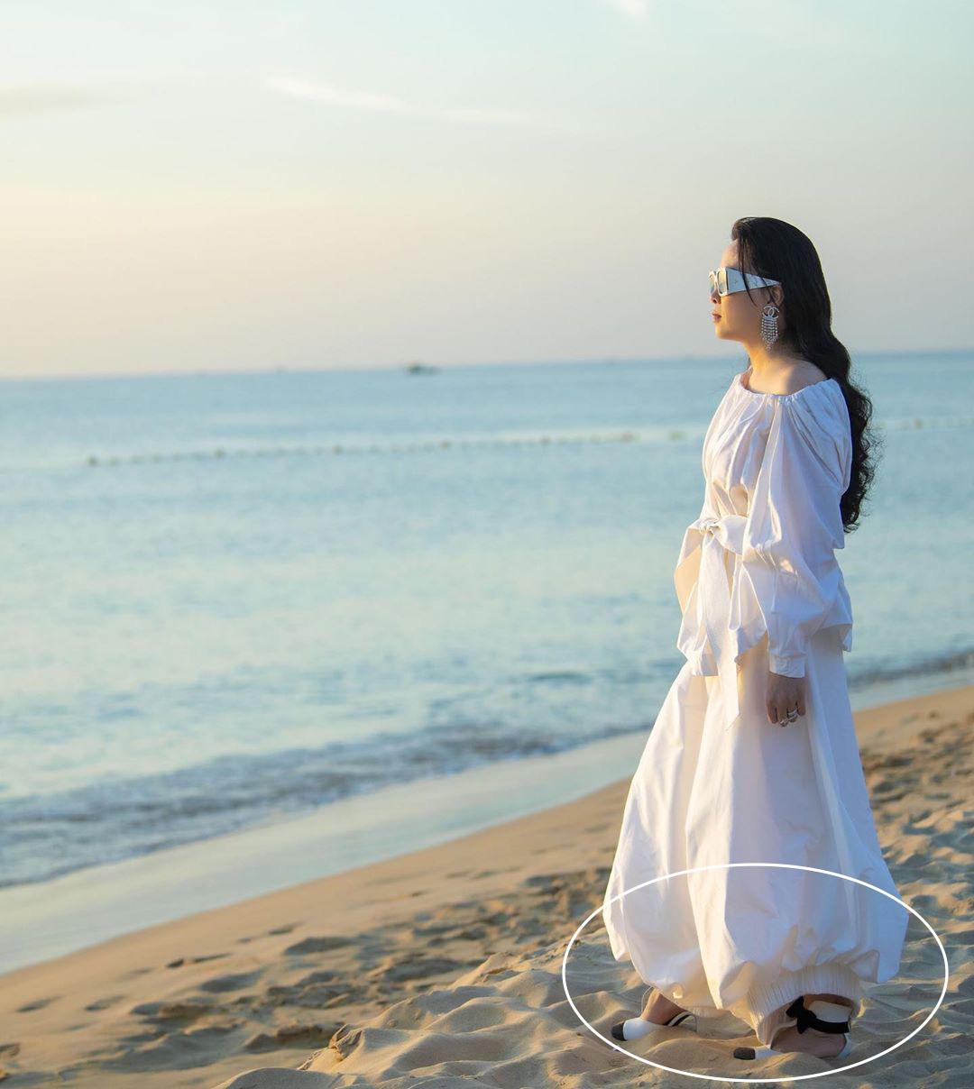 Chắc chưa có kinh nghiệm dự đám cưới ngoài bờ biển, Phượng Chanel diện đồ trắng sương sương mà đi đôi cao gót này thì lún hết cả chân rồi - Ảnh 3.