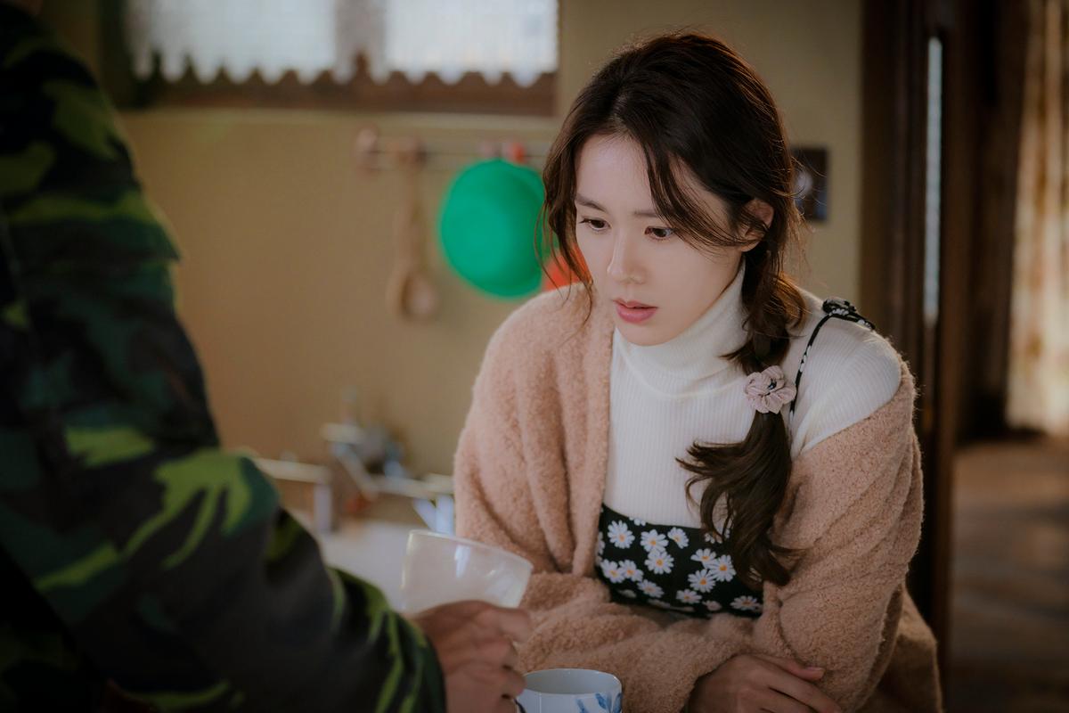 """Chị đẹp Son Ye Jin U40 vẫn trẻ như gái 18 nhờ những kiểu tóc siêu nữ tính trong """"Hạ cánh nơi anh"""" - Ảnh 10."""