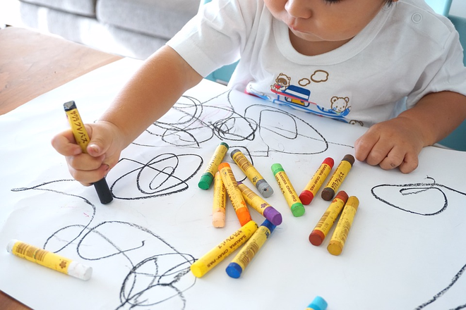 Xé giấy, vẽ khắp nhà và những thói quen tưởng xấu nhưng giúp trẻ thông minh