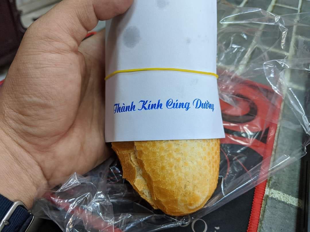 Mua chiếc bánh mì ở trường chống đói mà không dám ăn, nguyên nhân vì dòng chữ ai nhìn cũng sợ - Ảnh 1.