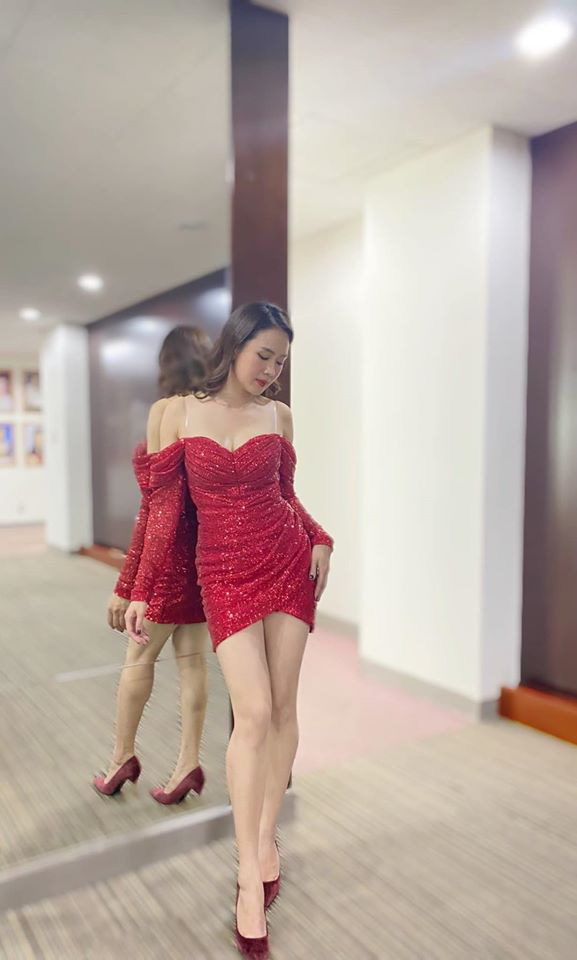 """Khó nhận ra Hồng Diễm khi lên đồ sexy đi """"đu đưa"""", chẳng ngại đọ dáng nóng bỏng với eo 55cm của Elly Trần - Ảnh 2."""