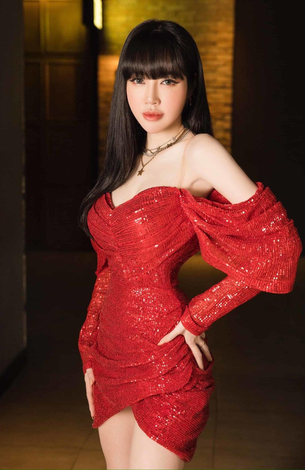 """Khó nhận ra Hồng Diễm khi lên đồ sexy đi """"đu đưa"""", chẳng ngại đọ dáng nóng bỏng với eo 55cm của Elly Trần - Ảnh 5."""