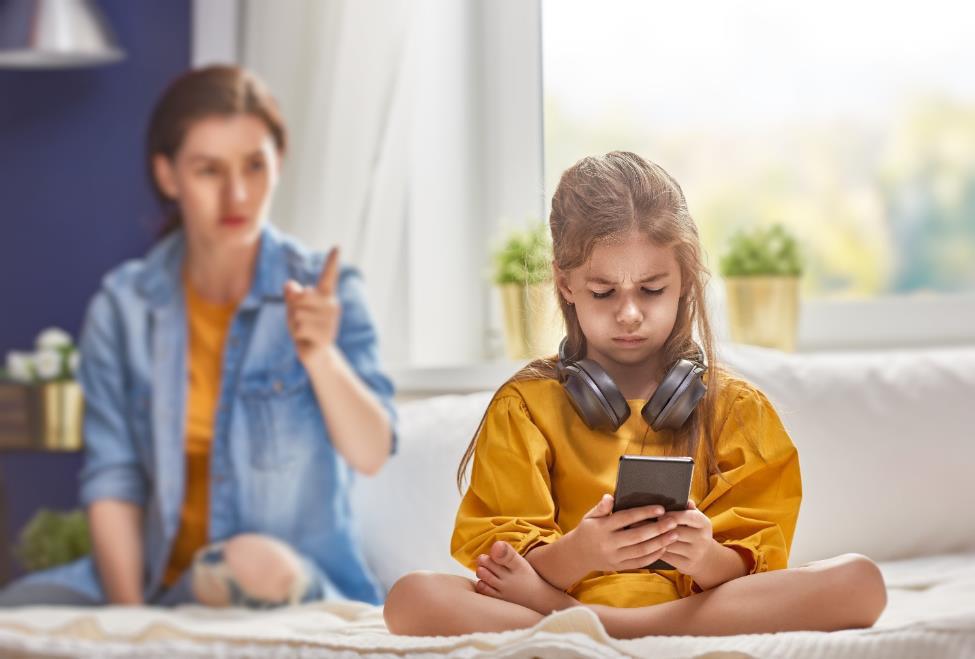 Dừng ngay việc cho trẻ dùng smartphone, nếu không muốn con bị trầm cảm - Ảnh 1.