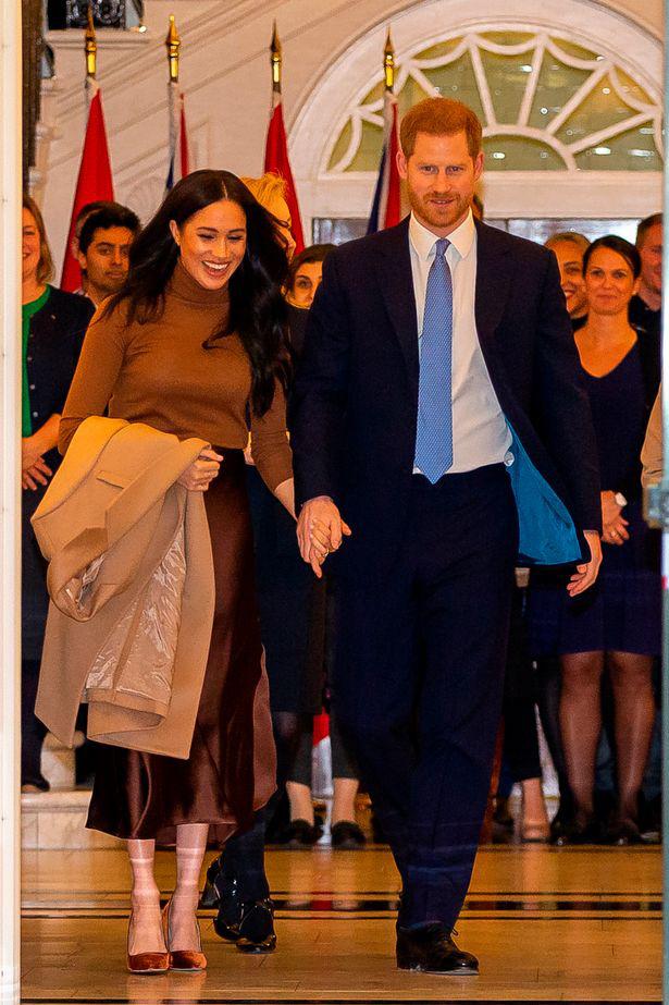 Cú sốc hoàng gia Anh: Vợ chồng Meghan Markle chính thức ra thông báo rút khỏi vai trò thành viên cao cấp, tự độc lập tài chính - Ảnh 2.