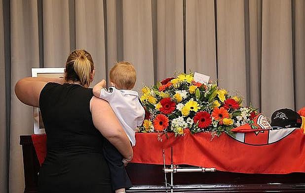 Bé trai 19 tháng tuổi ngậm ti giả nhận huy chương thay người cha đã khuất, hy sinh trong thảm họa cháy rừng ở Úc - Ảnh 4.