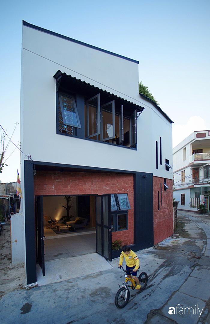 Ngôi nhà đẹp mộng mơ với cây xanh và ánh sáng của chủ nhà say đắm cúc họa mi ở miền Trung - Ảnh 1.