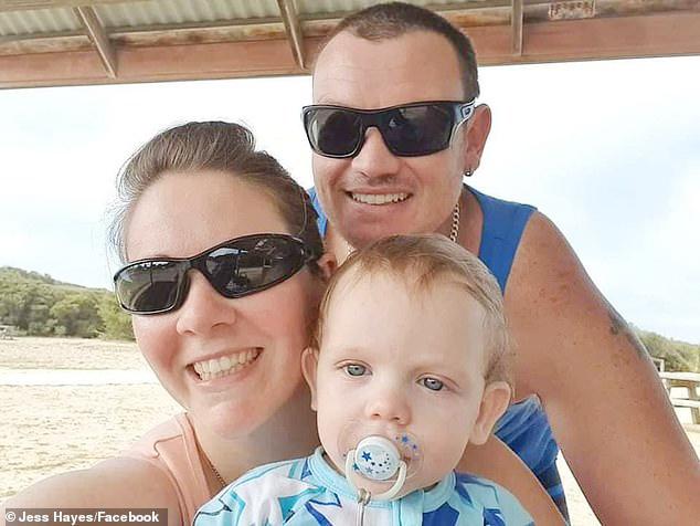 Bé trai 19 tháng tuổi ngậm ti giả nhận huy chương thay người cha đã khuất, hy sinh trong thảm họa cháy rừng ở Úc - Ảnh 5.