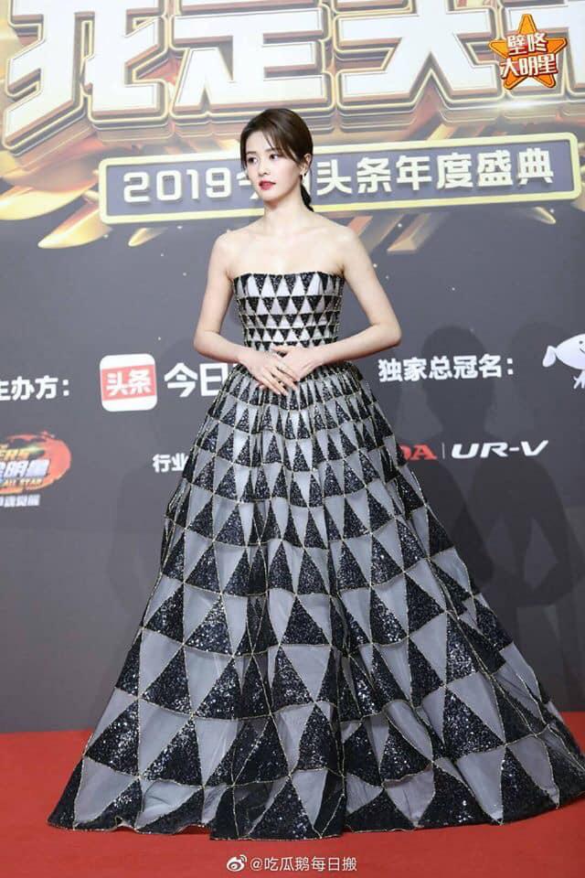 Bất ngờ với nhan sắc thật qua hình ảnh chưa chỉnh sửa của dàn mỹ nhân Hoa ngữ: Dương Tử và Địch Lệ Nhiệt Ba có vượt qua được người đẹp này - Ảnh 7.