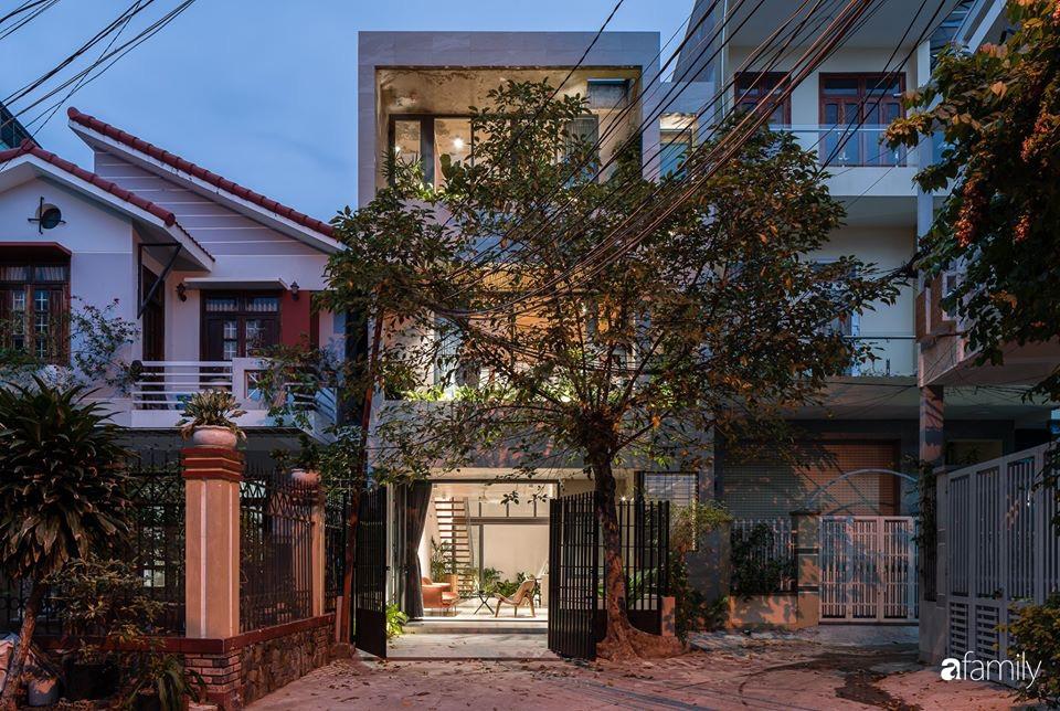 Ngôi nhà phố đẹp tinh tế với bản hòa tấu giữa vật liệu gỗ và ánh sáng ở Quy Nhơn dành cho gia đình 4 người - Ảnh 1.