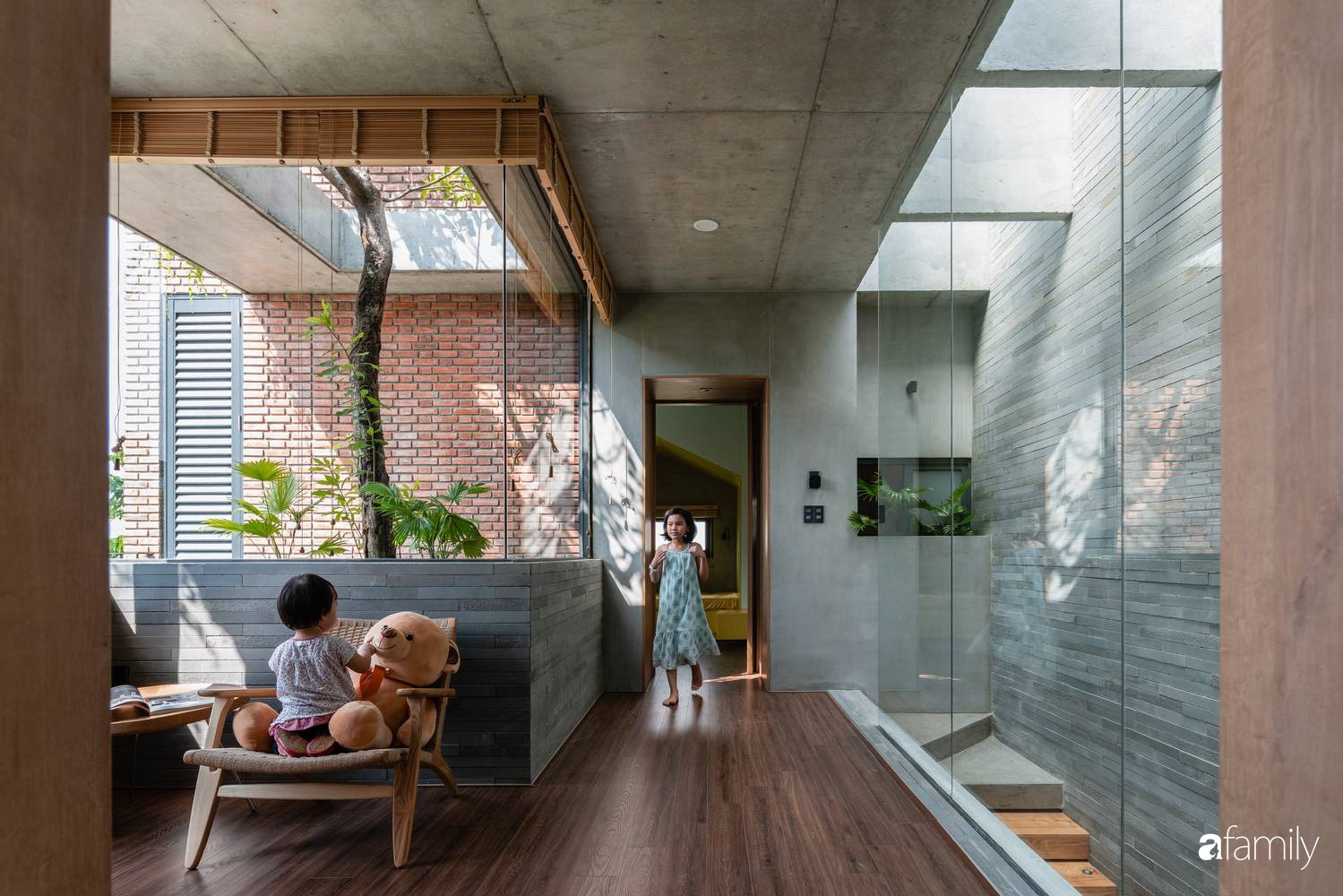 Ngôi nhà sử dụng vật liệu thuần tự nhiên tạo cảm giác bình yên cho hai cô con gái nhỏ cùng nhau lớn lên ở Đà Nẵng - Ảnh 5.