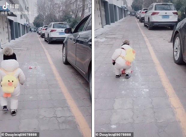 Tưởng người lái xe làm rơi chai nước, bé trai 1 tuổi lon ton chạy lại nhặt và đem trả lại khiến người tài xế xấu hổ nói không nên lời - Ảnh 1.