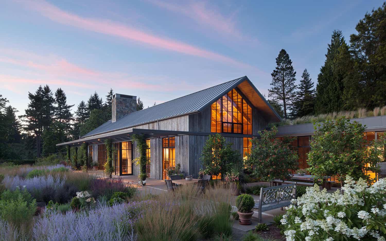 Ngôi nhà đẹp như cổ tích lại nằm giữa không gian thiên nhiên rộng lớn toàn hoa thơm cỏ lạ