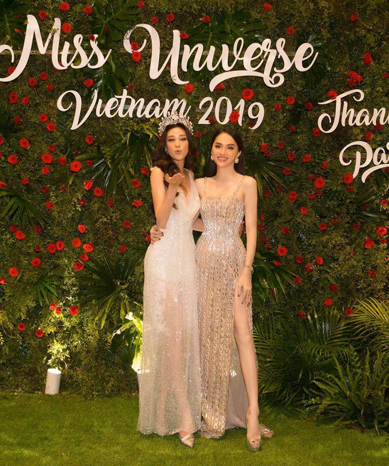 Ngọc Trinh mới mặc chụp hình, Hương Giang đã diện lên thảm đỏ: Cùng một bộ váy  - Ảnh 1.