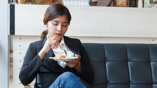 """Chị em đi làm cứ """"buồn miệng"""" rồi mua 8 loại đồ ăn vặt này thường xuyên thì chẳng mấy chốc mà lên viện sớm, đặc biệt là dân văn phòng - Ảnh 1."""