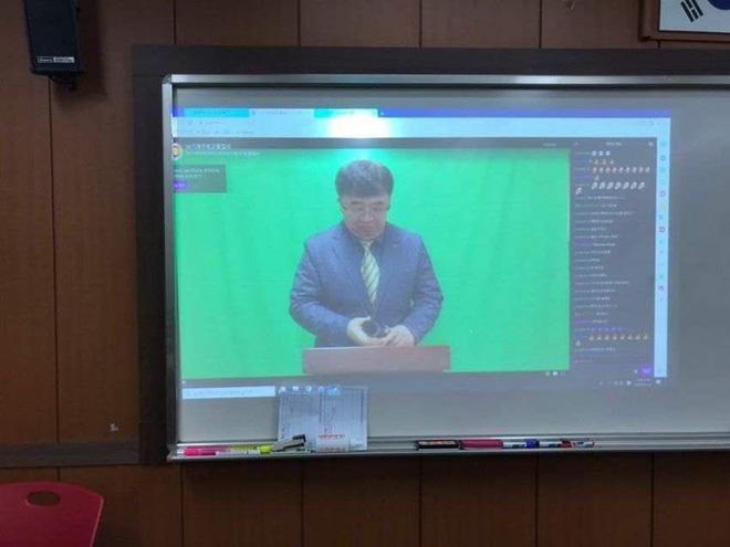 Lo sợ virus Corona lây lan, một trường cấp 3 tổ chức lễ tốt nghiệp cho học sinh qua livestream - Ảnh 3.