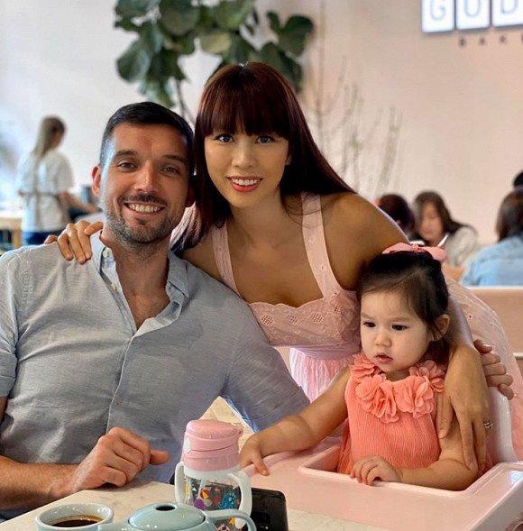 Bé Myla con gái Hà Anh cực dễ thương đón sinh nhật bố, dân mạng phì cười với cách nữ siêu mẫu khiến cô bé ngồi yên để cả nhà được ăn ngon lành - Ảnh 1.