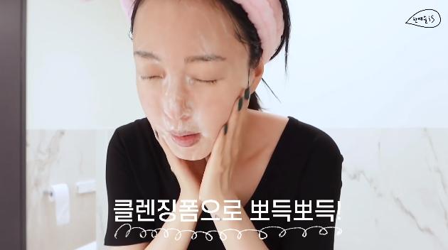 39 tuổi vẫn trẻ như gái đôi mươi, Han Ye Seul tiết lộ cách chăm da gây sốc: Thường không tẩy trang buổi tối, dồn hết nỗ lực skincare vào buổi sáng - Ảnh 2.