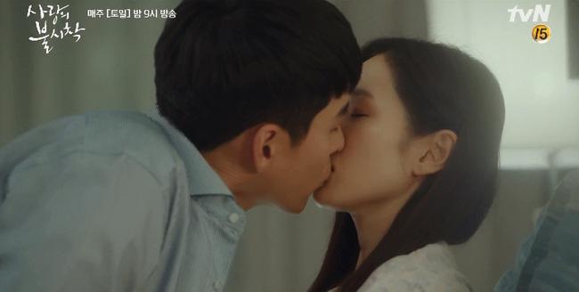 """Hậu trường""""Crash Landing On You"""": Son Ye Jin không cho Hyun Bin hôn liền nhận ngay ánh mắt giận dỗi - Ảnh 3."""