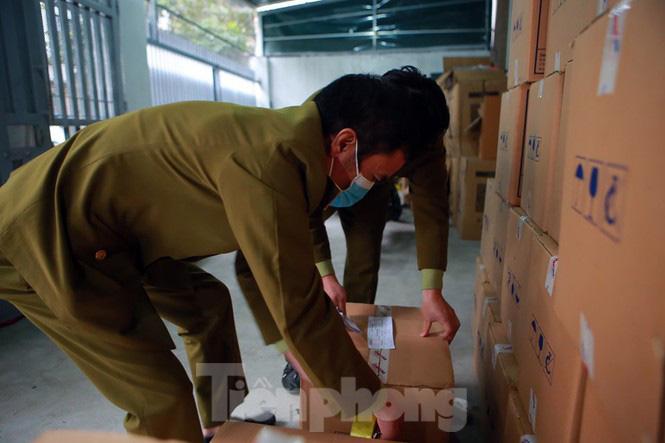 Cận cảnh kho tập kết khẩu trang trong biệt thự chuẩn bị xuất sang Trung Quốc - Ảnh 3.