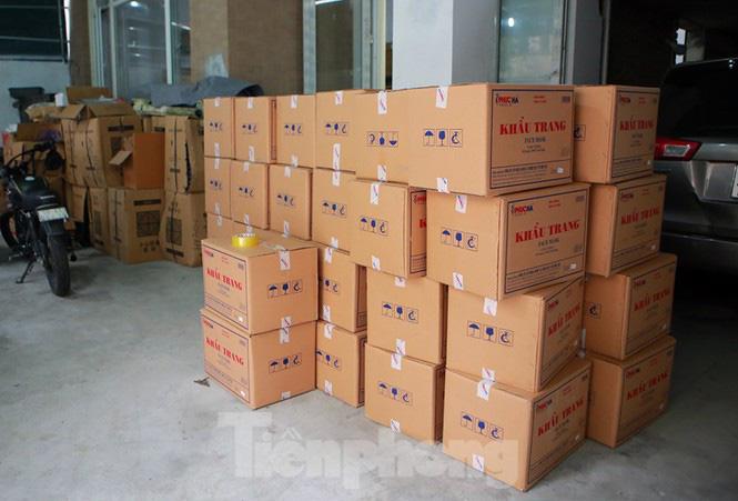 Cận cảnh kho tập kết khẩu trang trong biệt thự chuẩn bị xuất sang Trung Quốc - Ảnh 2.