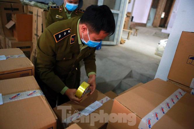 Cận cảnh kho tập kết khẩu trang trong biệt thự chuẩn bị xuất sang Trung Quốc - Ảnh 1.