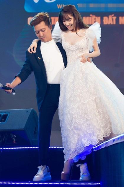 """Soi phong cách nịnh vợ """"không ai giống ai"""" của bộ ba ông chồng nổi tiếng nhất showbiz Việt hiện nay - Ảnh 5."""