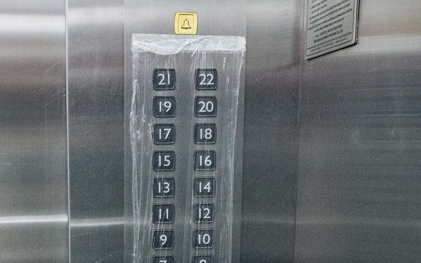 Tưởng chỉ sát khuẩn tay sau khi bấm thang máy nhưng đây mới là ổ vi khuẩn nguy hiểm mà dân công sở thường bỏ qua - Ảnh 1.