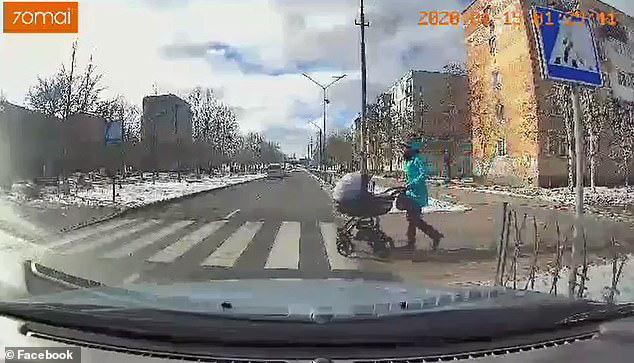 Đặt con trai 3 tháng tuổi trên xe đẩy qua đường, bà mẹ kinh hồn bạt vía khi thấy con bị húc tung lên trời - Ảnh 2.