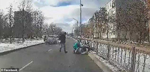 Đặt con trai 3 tháng tuổi trên xe đẩy qua đường, bà mẹ kinh hồn bạt vía khi thấy con bị húc tung lên trời - Ảnh 5.