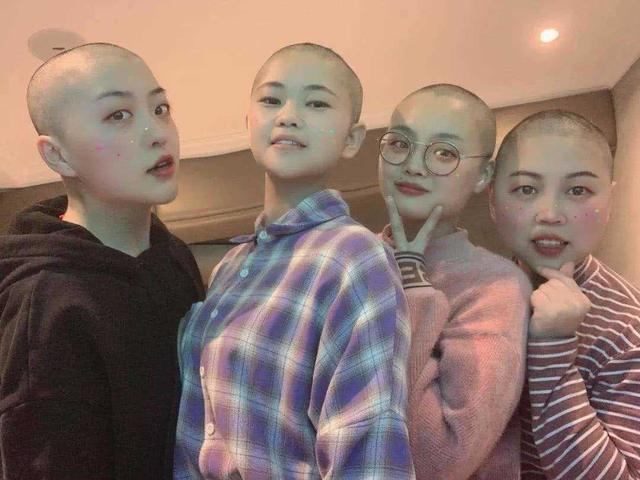 4 y tá nữ 9x tự nguyện cạo trọc tóc trước khi lên đường đến hỗ trợ cho tâm dịch Vũ Hán: Chúng tôi không khóc còn thấy mình rất ngầu - Ảnh 2.