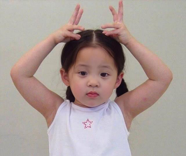 Hình thời bé của các sao Hoa ngữ: Dương Mịch để tóc tomboy, Quan Hiểu Đồng không khác gì bây giờ - Ảnh 8.