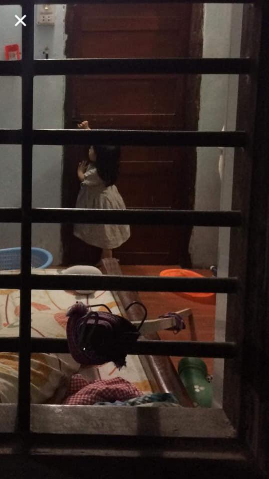 Con gái đang dỗi thì lăn ra ngủ, báo hại ông bố phải trèo lên nóc nhà hàng xóm... mở cửa giải cứu - Ảnh 5.