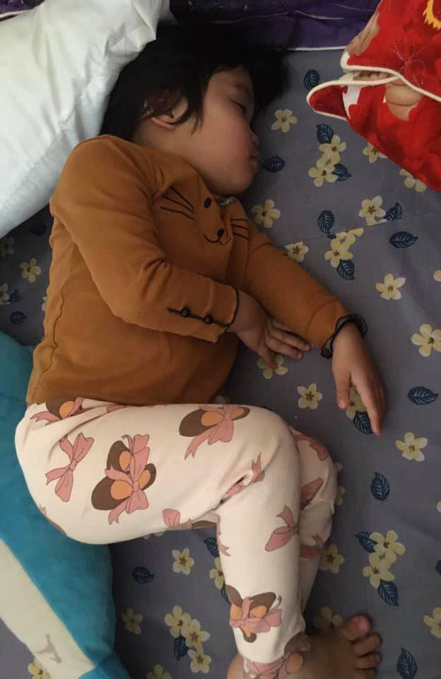Con gái đang dỗi thì lăn ra ngủ, báo hại ông bố phải trèo lên nóc nhà hàng xóm... mở cửa giải cứu - Ảnh 3.