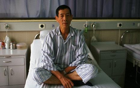 Cầm 200 triệu đứng trước giường bệnh của bố chồng với ý định trả cho ông đi chữa bệnh, không ngờ ông xua tay nói một câu khiến vợ chồng tôi nước mắt đầm đìa
