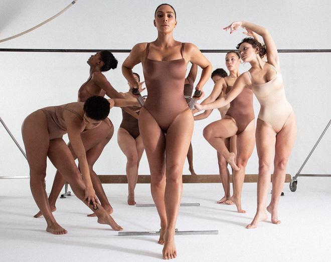 5 nàng BTV thử loạt nội y mới ra của Kim Kardashian, tưởng bó chịt cơ thể nhưng hóa ra lại gọn dáng bất ngờ  - Ảnh 1.