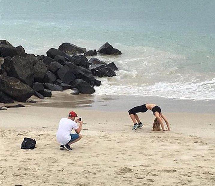 Theo những gì được kể lại, anh chàng này đã bị cháy nắng rất nặng do phải chụp tới 30.000 kiểu ảnh bạn gái tập Yoga trên bãi biển